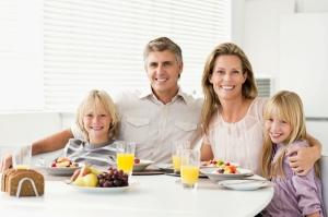 family-having-breakfast-at-tabel